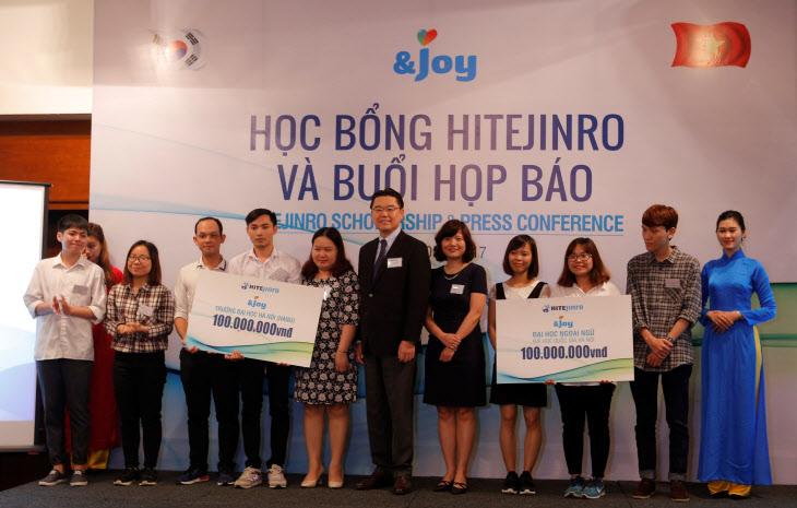 하이트진로, 베트남 대학생에 장학금 전달